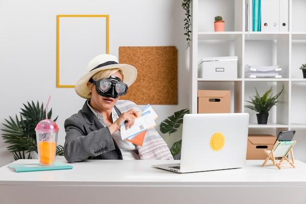 Porträt der frau im büro vorbereitet für sommerferien Kostenlose Fotos