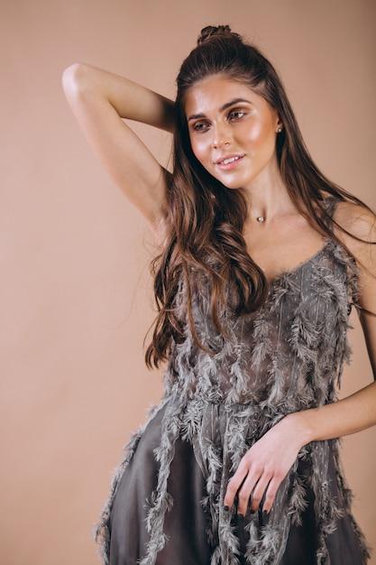 Porträt der frau im schönen grauen kleid Kostenlose Fotos