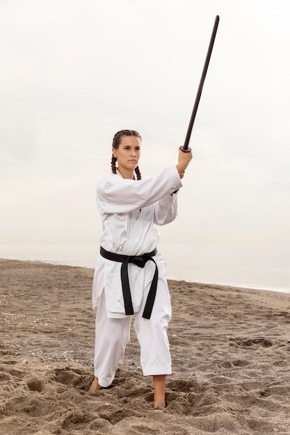 Porträt der frau karate ausübend Kostenlose Fotos