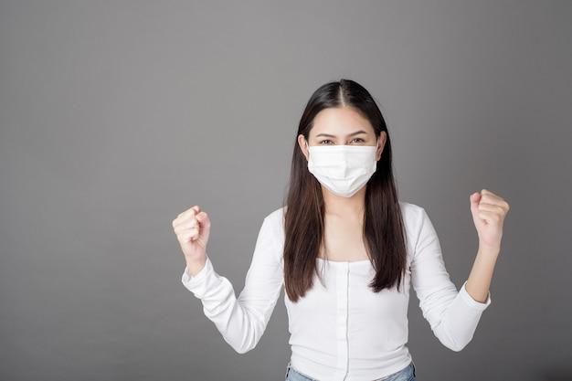 Porträt der frau mit der chirurgischen maske, gesundheitskonzept Premium Fotos