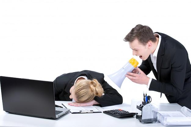 Porträt der geschäftsfrau schlafend am arbeitsplatz. Premium Fotos