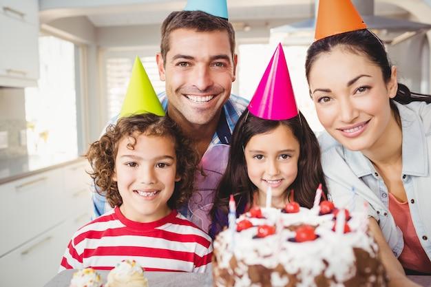 Porträt der glücklichen familie geburtstag feiernd Premium Fotos
