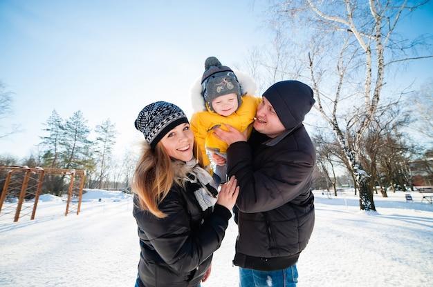 Porträt der glücklichen familie im winterpark Premium Fotos