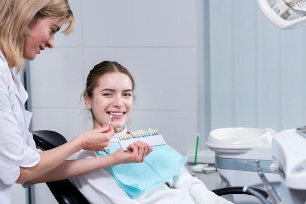 porträt der glücklichen frau am zahnarzt  kostenlose foto
