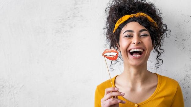 Porträt der glücklichen frau, die mit kopienraum und mund lacht Kostenlose Fotos