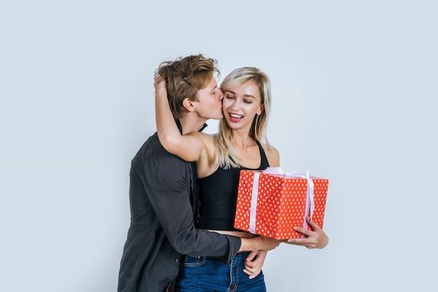 Porträt der glücklichen jungen paarliebe überraschen zusammen mit geschenkbox Kostenlose Fotos