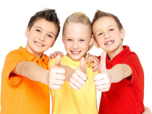 Porträt der glücklichen kinder mit daumen hoch geste lokalisiert auf weiß. Kostenlose Fotos