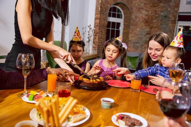 Porträt der glücklichen multiethnischen familie, die einen geburtstag zu hause feiert Kostenlose Fotos