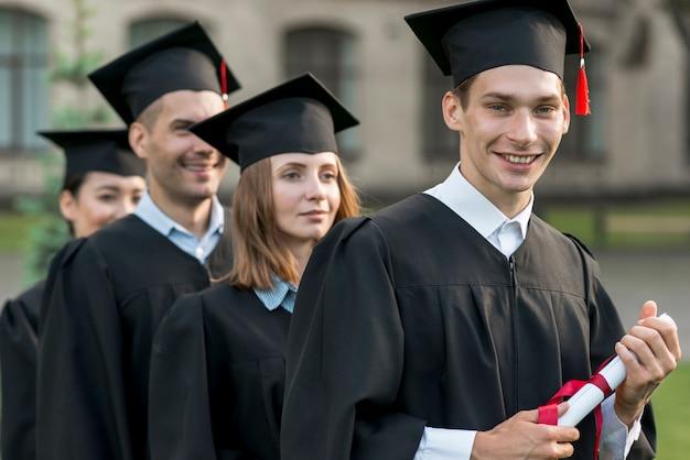 Porträt der gruppe studenten, die ihren abschluss feiern Kostenlose Fotos