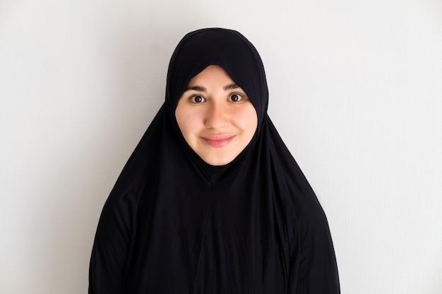 Porträt der jungen asiatischen frau, die hijab trägt Premium Fotos