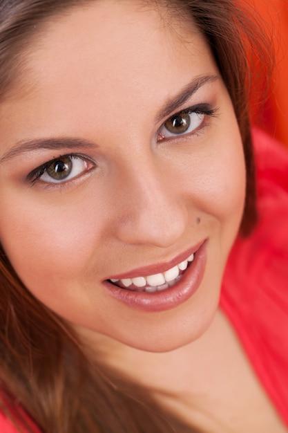 Porträt der jungen frau lächelnd Kostenlose Fotos