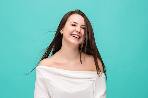 Porträt der jungen frau mit glücklichen gefühlen Kostenlose Fotos