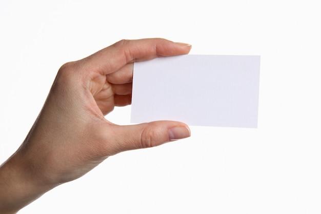 Porträt der jungen geschäftsfrau, die leere weiße visitenkarte hält Premium Fotos