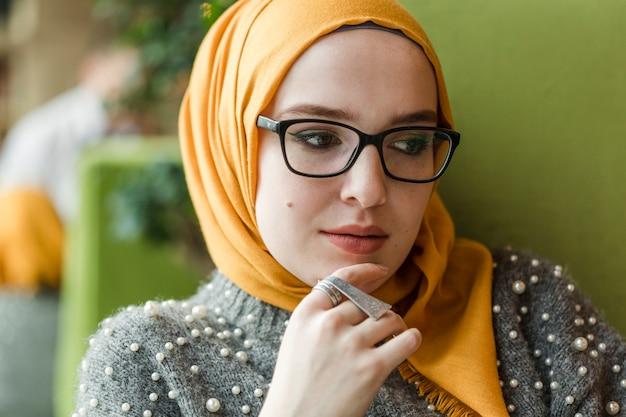 Porträt der jungen moslemischen frau, die weg schaut Kostenlose Fotos