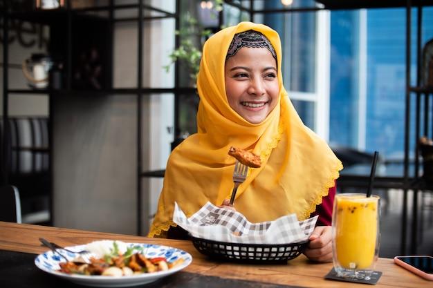 Porträt der jungen moslemischen frau in der kaffeestube Premium Fotos