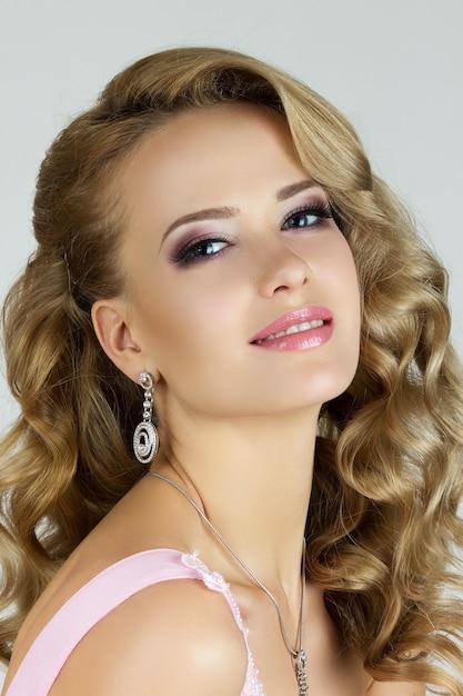Porträt der jungen schönen blonden frau Premium Fotos