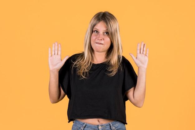 Porträt der jungen sperrungsfrau, die keine geste auf gebärdensprache zeigt Kostenlose Fotos