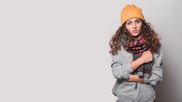 Porträt der kranken frau mit woolen schal um ihren hals und wolligen hut Kostenlose Fotos
