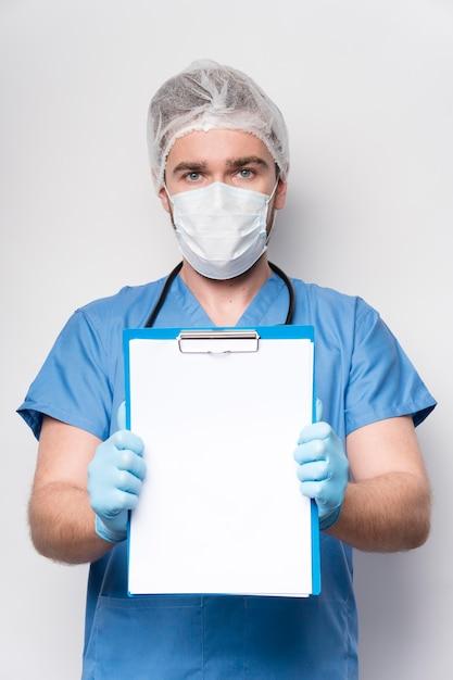 Porträt der krankenschwester, die zwischenablage hält Kostenlose Fotos