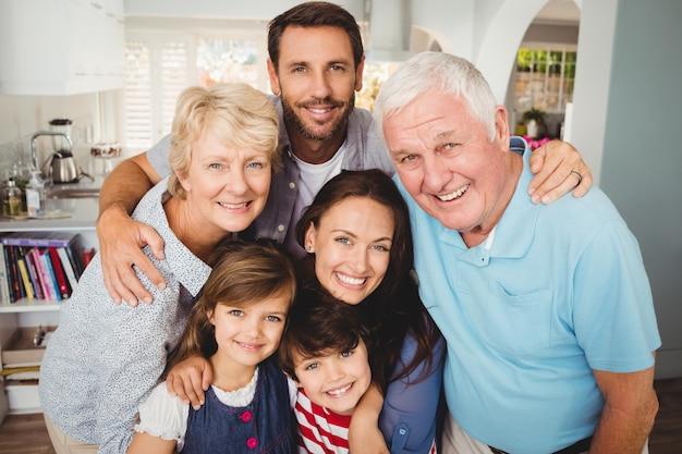 Porträt der lächelnden familie mit großeltern Premium Fotos