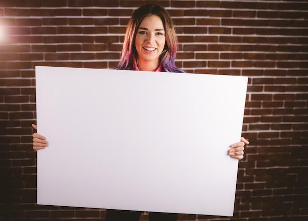Porträt der lächelnden frau leeres plakat halten Premium Fotos