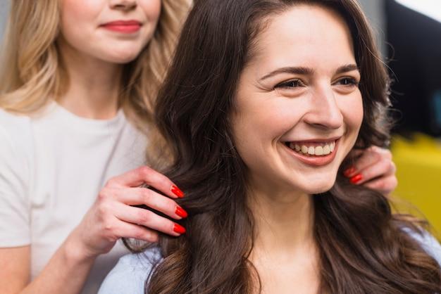 Porträt der lächelnden jungen frau am friseur Kostenlose Fotos