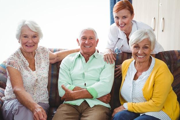 Porträt der lächelnden pensionierten person, die die kamera betrachtet Premium Fotos