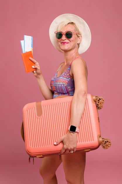 Porträt der mittleren greisin gehend auf sommerferien Kostenlose Fotos