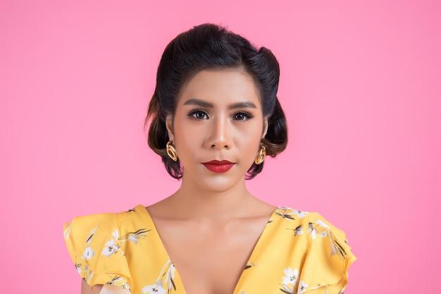Porträt der modefrauenaktion im studio Kostenlose Fotos