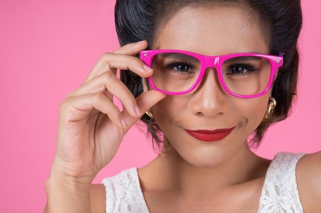 Porträt der modefrauenaktion mit sonnenbrille Kostenlose Fotos