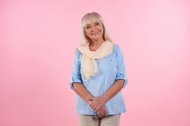 Porträt der netten älteren frau, die lächelt Premium Fotos