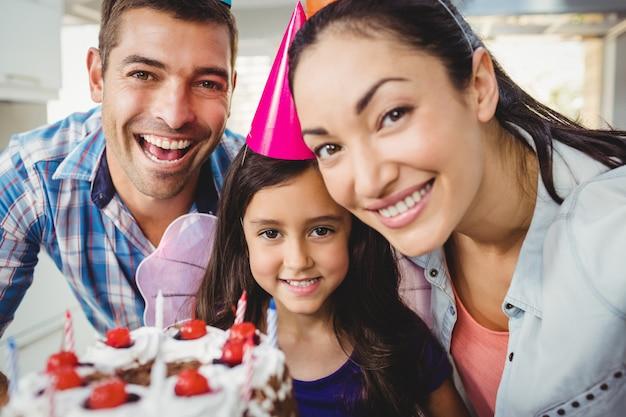 Porträt der netten familie geburtstag zu hause feiernd Premium Fotos