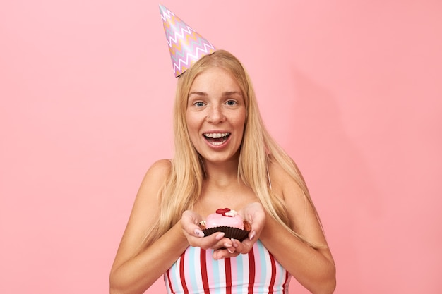 Porträt der niedlichen charmanten jungen frau mit sommersprossen, langen glatten haaren und zahnspangen, die ihnen zum geburtstag gratulieren Kostenlose Fotos