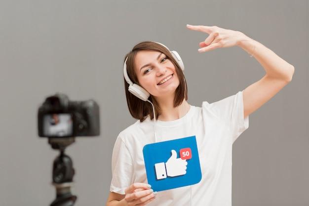 Porträt der positiven frau, die video aufzeichnet Kostenlose Fotos