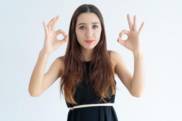 Porträt der positiven jungen geschäftsfrau, die okayzeichen zeigt Kostenlose Fotos