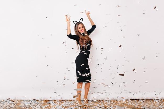 Porträt der positiven stilvollen frau, die an der geburtstagsfeier tanzt Kostenlose Fotos