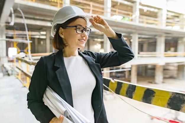 Porträt der reifen architektenfrau an einer baustelle Premium Fotos