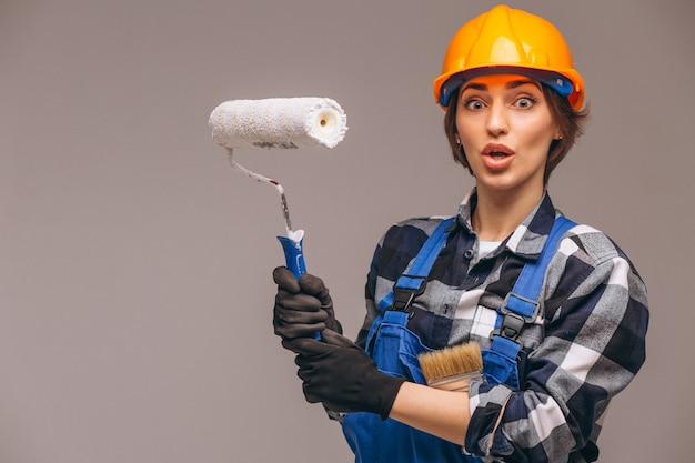 Porträt der reparaturarbeiterfrau mit der anstrichrolle lokalisiert Kostenlose Fotos