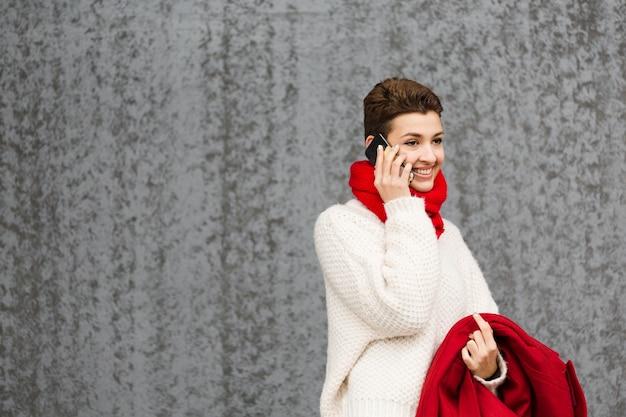 Porträt der schönen aufstellung der jungen frau Kostenlose Fotos