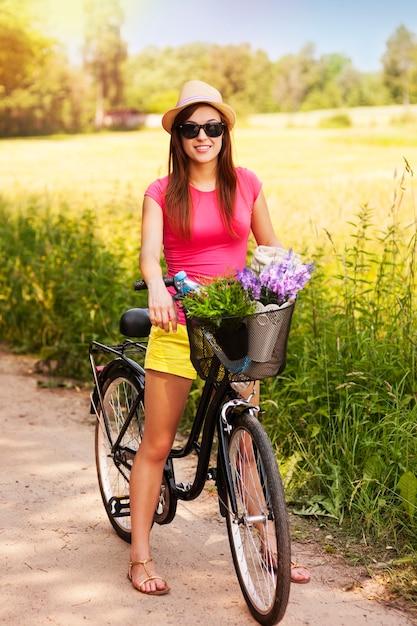 Porträt der schönen frau mit fahrrad Kostenlose Fotos