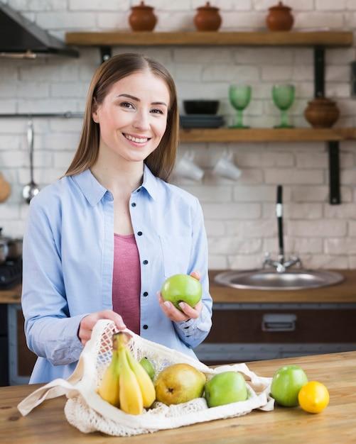 Porträt der schönen frau stolz auf bio-früchte Kostenlose Fotos