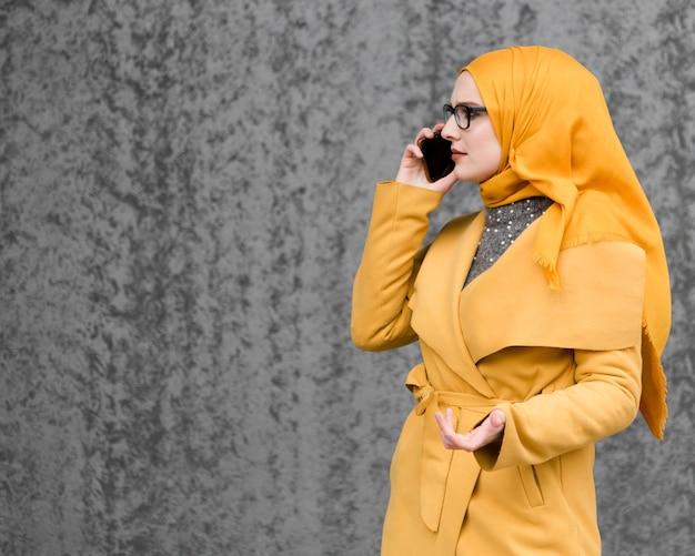 Porträt der schönen jungen frau, die am telefon spricht Premium Fotos