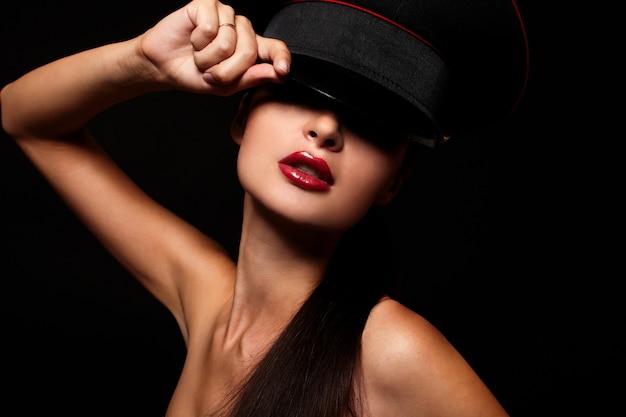 Porträt der schönen jungen frau mit den roten lippen Kostenlose Fotos