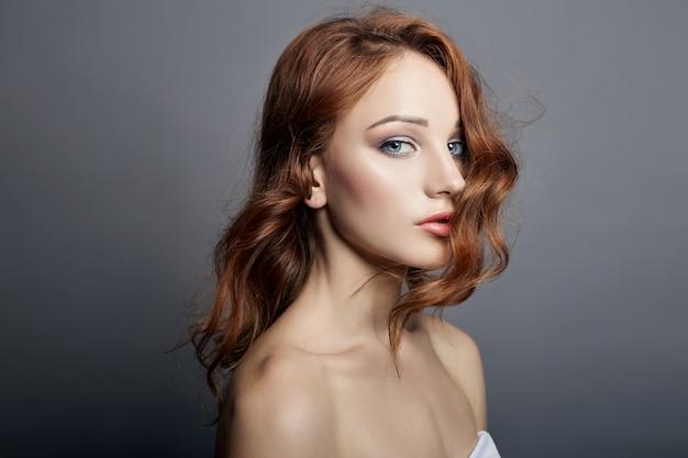 Porträt der schönen jungen frau mit fliegenden haaren Premium Fotos
