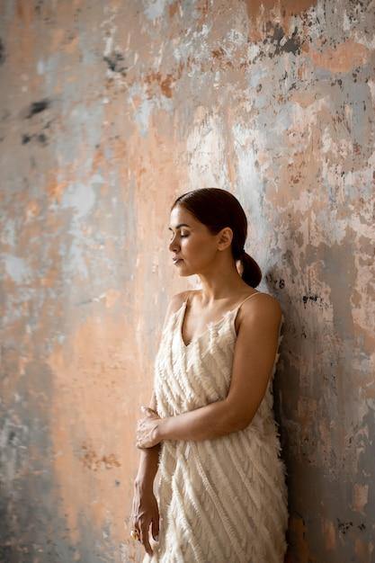 Porträt der schönen jungen frau mit geschlossenen augen Premium Fotos