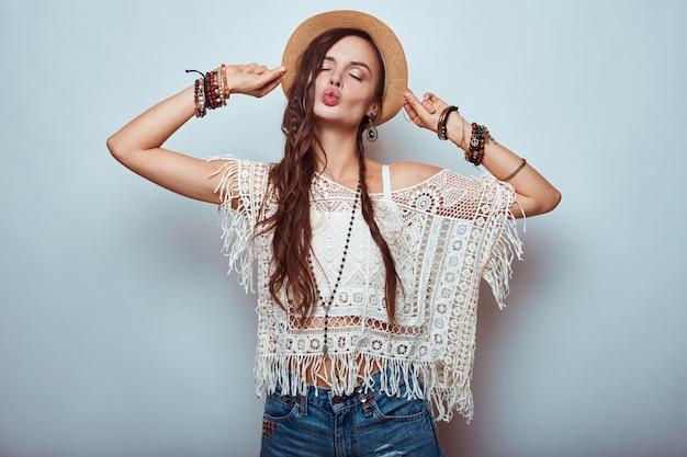 Porträt der schönen jungen hippiefrau im studio Premium Fotos