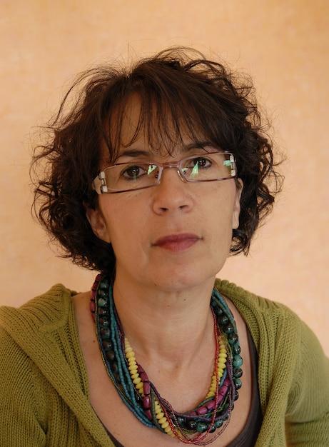 Porträt der schönen reifen brünette mit brille Premium Fotos