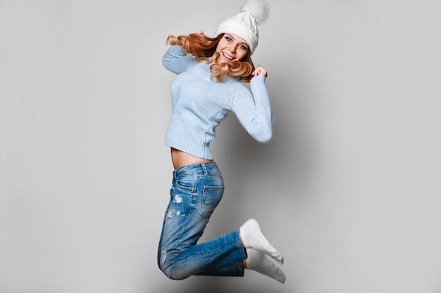 Porträt der schönen rothaarigefrau in der strickjacke Premium Fotos
