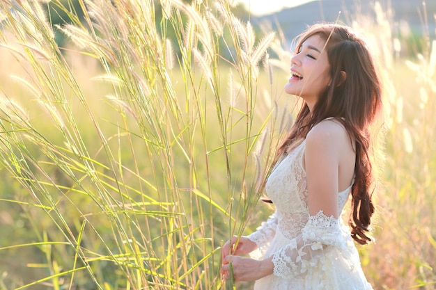 Porträt der schönheit eine glückliche zeit habend und unter rasenfläche in der natur genießend Premium Fotos