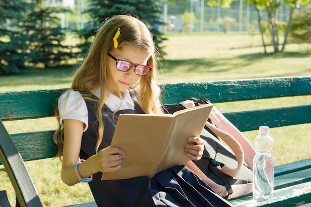 Porträt der schulmädchengrundschule mit rucksack Premium Fotos